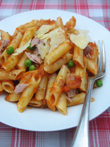 Tuna pasta sauce with peas